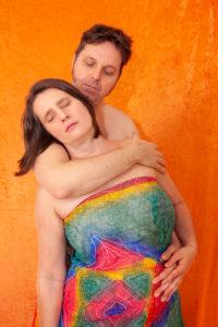 chono-tantra-massage-halten-stehend-lunghi-schutz-geborgenheit-fuersorge - Fotograf: Gregor Philipps • http://tetrachrome.de