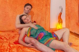 chono-tantra-massage-hlaten-living-chair-lungi-geborgenheit-liebe-nachnaehren-entspannung-loslassen - Fotograf: Gregor Philipps • http://tetrachrome.de