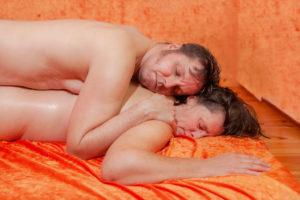 chono-tantra-massage-naehe-geborgenheit-liegen-auf-ruecken-body-to-body-entspannung-sicherheit- Fotograf: Gregor Philipps • http://tetrachrome.de