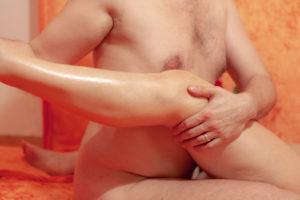 chono-tantramassage-berlin-beine-oel-erotisch-sanft-kraftvoll - Fotograf: Gregor Philipps • http://tetrachrome.de