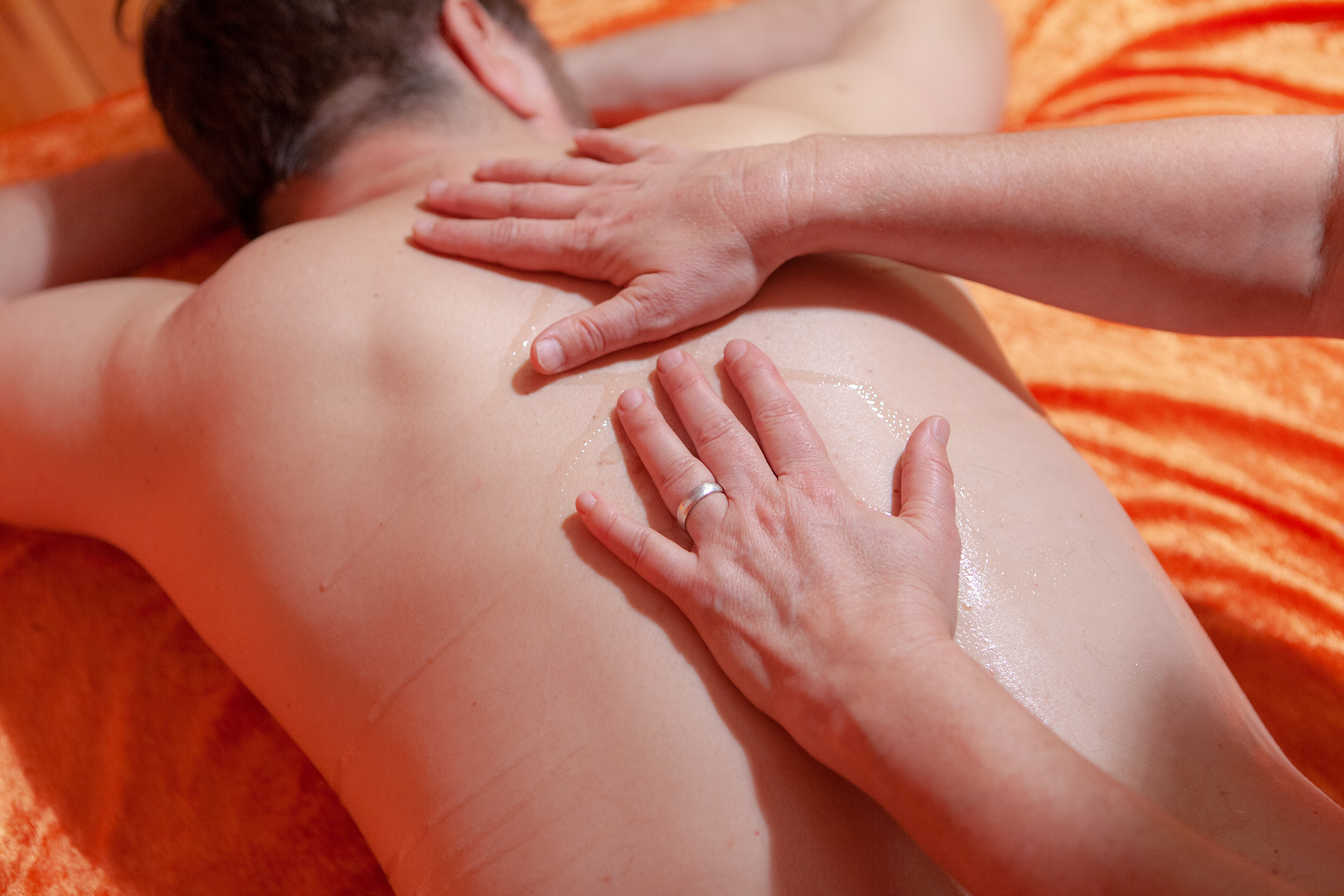 tandana-tantra-massage-ruecken-haende-oel-sinnlich-erotisch-berlin - Fotograf: Gregor Philipps • http://tetrachrome.de